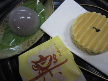 山の朝露とお菓子.jpg